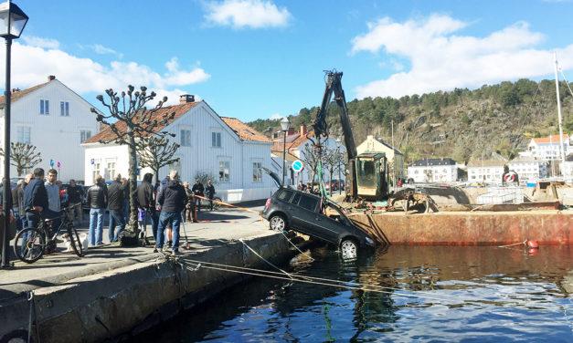 Bil trillet i sjøen i Risør